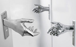 Дверная ручка протянутая рука дома фото